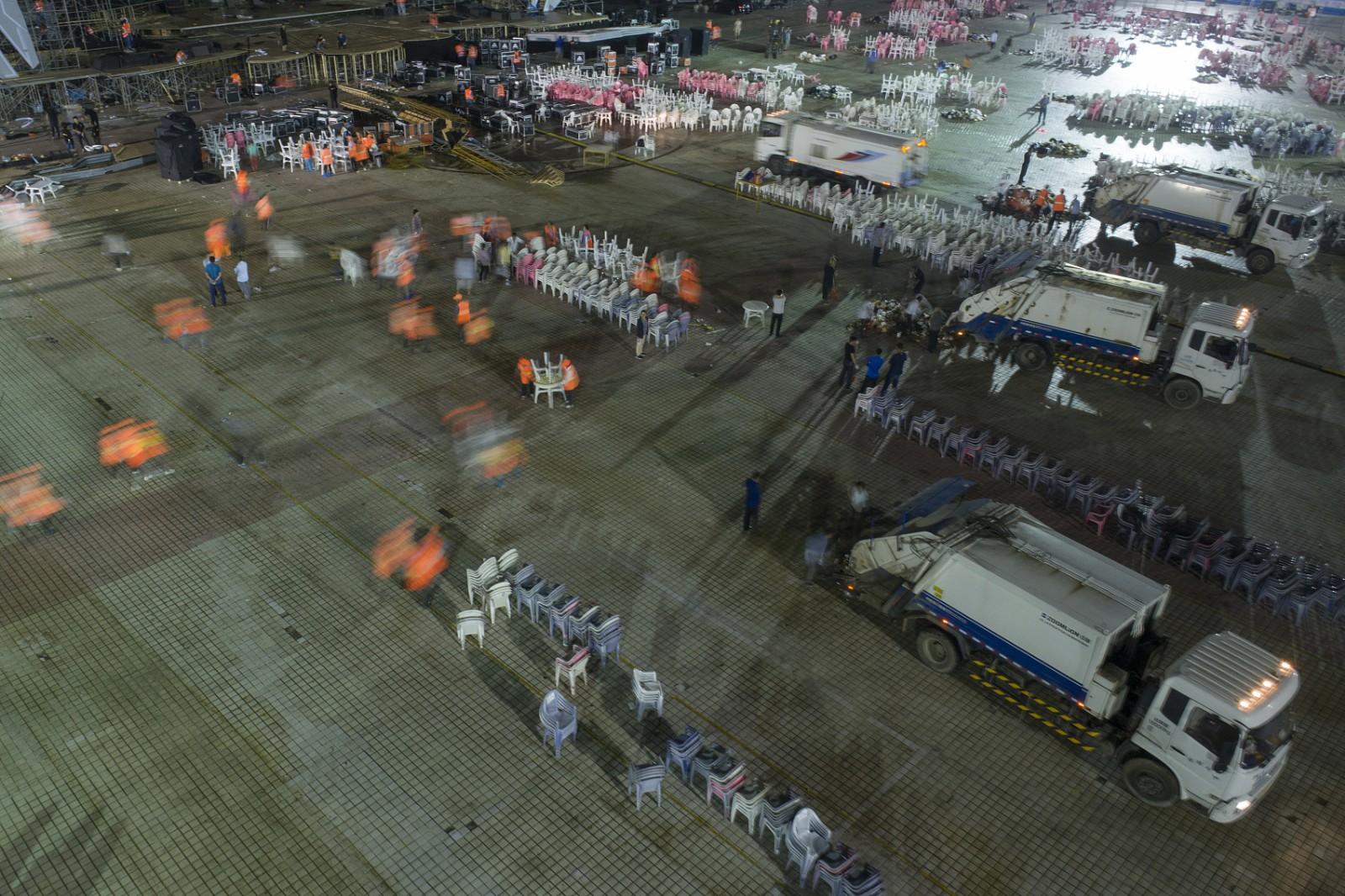 2018年6月14日凌晨,在江苏省盱眙县都梁公园龙虾广场,航拍环卫工人清扫垃圾。