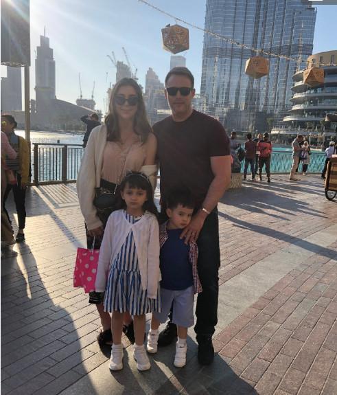 马雅舒全家去迪拜度假,丈夫罗伯特分享旅游照,大女儿侧颜好漂亮