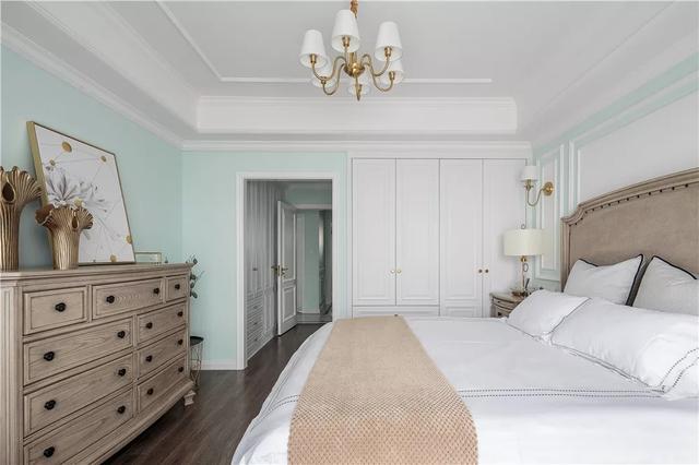 床头背景墙上用石膏线做了装饰线                    感觉.