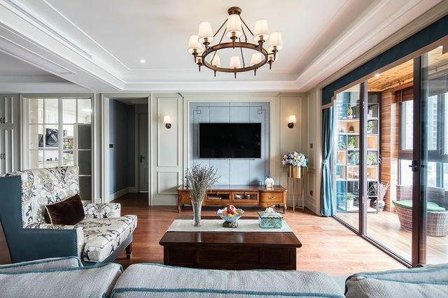 在现代简约的空间下,通过蓝色,白色的优雅色搭配,结合上美式的软装与图片