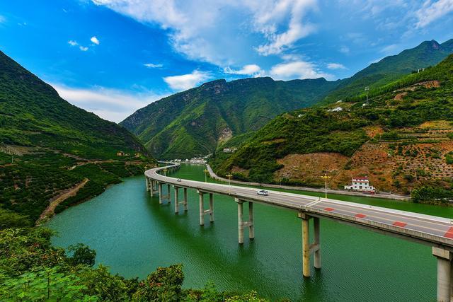 建造超支几百万的最美水上公路