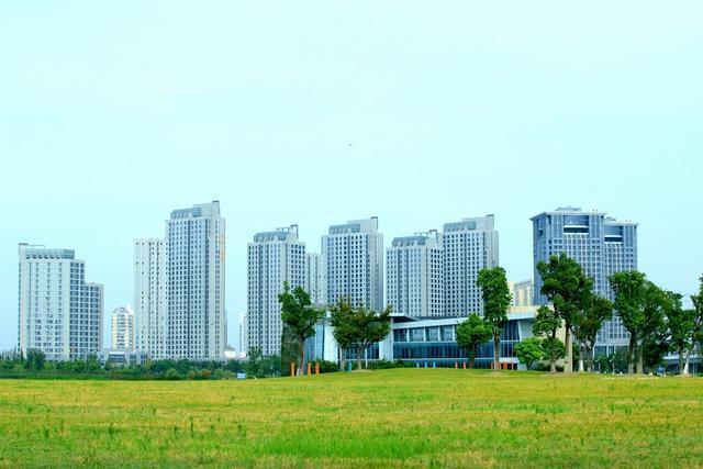 江阴,是一座滨江港口花园城市,民营经济发达,制造业强,誉为
