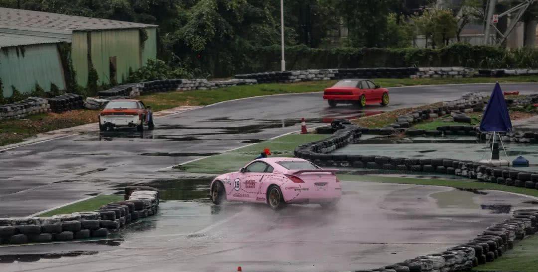 """粉猪涂装的日产350Z雨天玩漂移,""""性感肥臀""""甩起来真是迷人"""