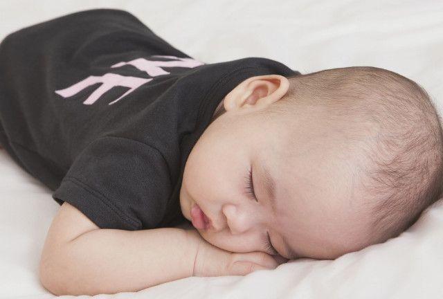 为何宝宝晚上睡觉总是翻来覆去,可能是这3个因素,宝妈