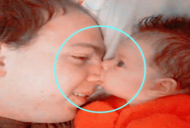 小婴儿晚上突然饿醒了,抱着爸爸大鼻子狂啃,这画面妈妈都笑惨了图片