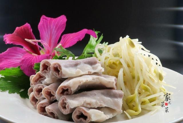 今天菜菜与大家分享一下白灼粉肠的广式做法,又香又脆真的很美味。我们日常生活中吃的猪肠分为3种,大肠,苦小肠,粉肠。粉肠是横结肠的一部分,主要用来吸收营养,比小肠厚些,口感吃起来粉粉脆脆的。小肠味发苦,价格也比粉肠便宜很多。有些朋友,一听是猪肠就觉得是垃圾不敢吃。事实上粉肠在广东算得上是道有名的美食,做法简单,常常会用于煮河粉或者枸杞汤。那么我们需要怎么处理粉肠才能达到香脆的效果呢?接下来菜菜会为您介绍这款粉肠的做法,喜欢的话,可以跟菜菜一起来试试!