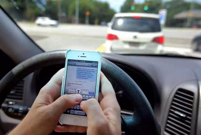 开车捡手机致3车连环相撞,5人死亡?这些驾车陋习不可犯