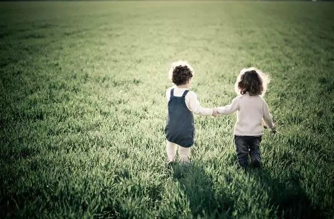 暖炸!3 岁妹妹接15岁哥哥放学,网友:又想骗我生二胎了