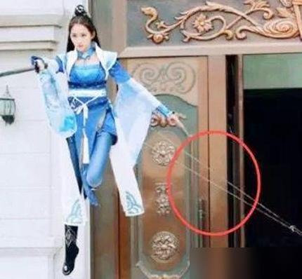 最尬的影视穿帮镜头:这个角度钢丝是怎么把她拉起来的呢?