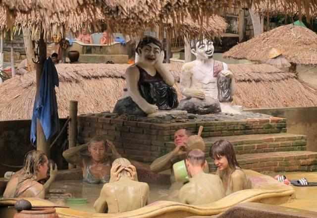 越南泥浆浴可以男女混浴?大家在浴池里这样做,场面实在辣眼睛!
