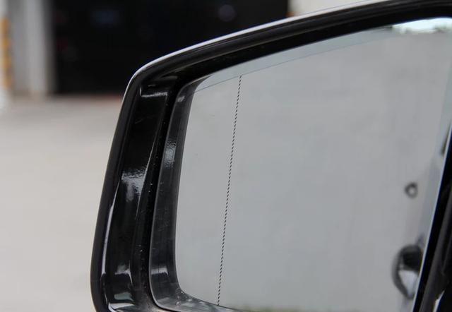 """奔驰R级外观简约大气,上市以来深受好评,堪称""""性价比之王"""""""