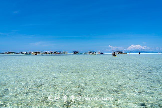 这座岛没一位居民,却挤满泳装游客,地摊还摆海里