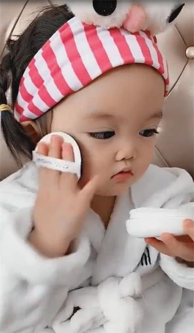 萌娃爱化妆,用粉扑一拍一拍萌翻了,网友:小可爱!!