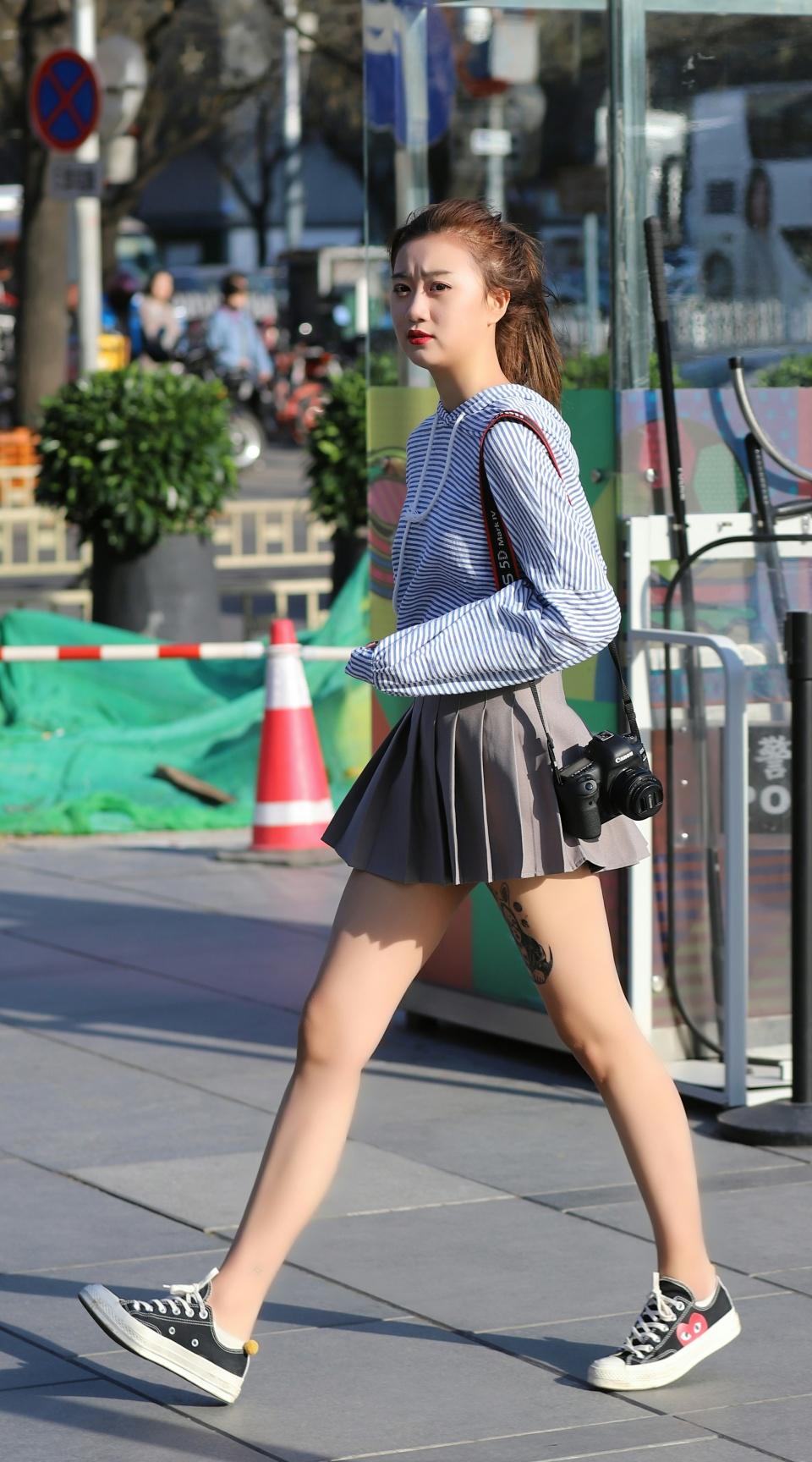 街拍:面对北京的大风降温,姑娘们赤腿迎战就是不妥协