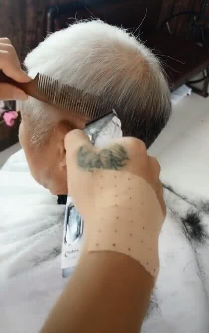 白发苍苍的大爷来剪头发,剪完之后超帅可以约老太太去