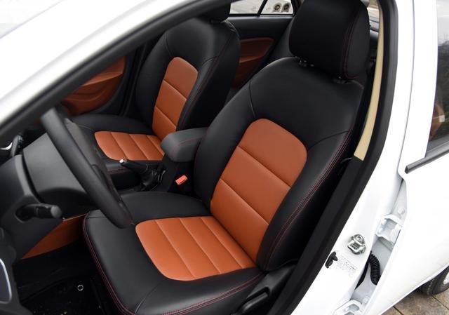 国产车入门级三厢车,售价3.79万元起,还标配真皮座椅和中控屏