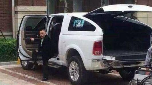 他和赵本山一样红,身高1米6开2米高的车,网友:上车都困难