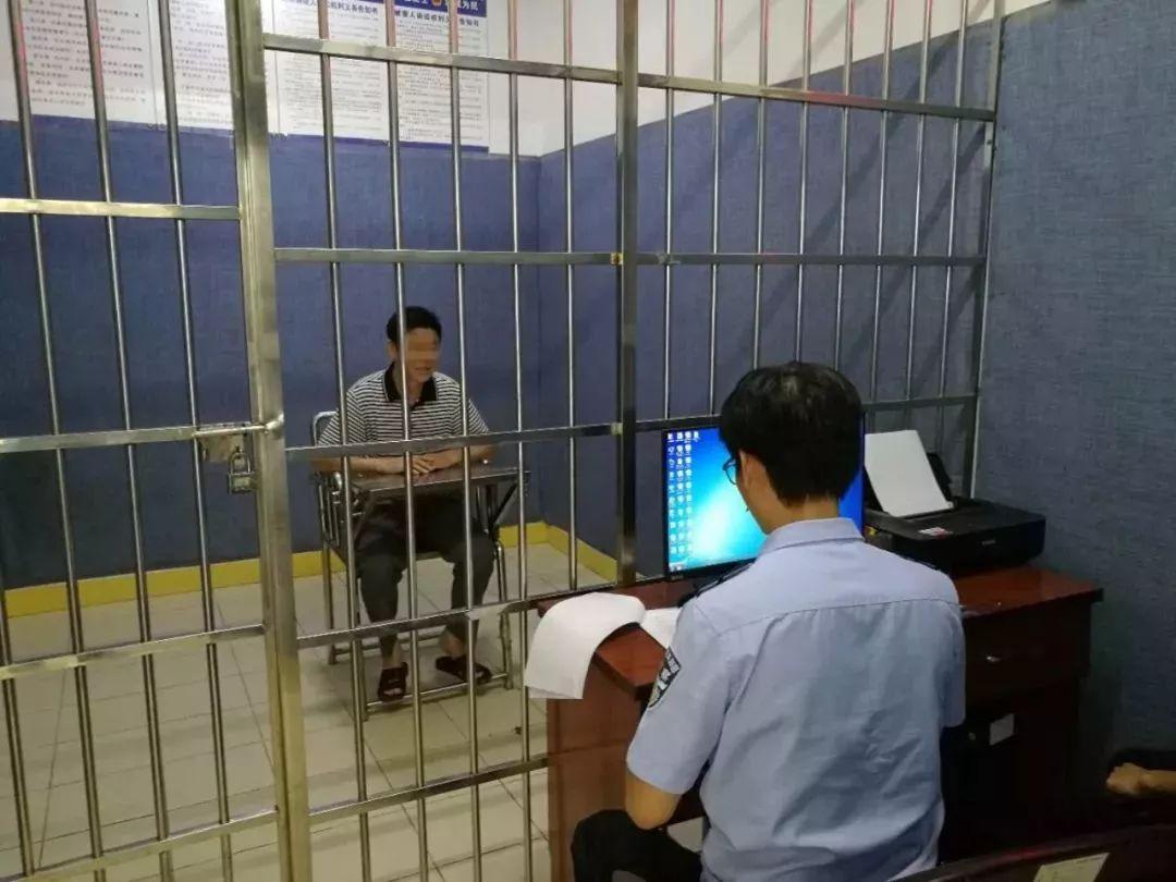 △民警对李某进行审讯
