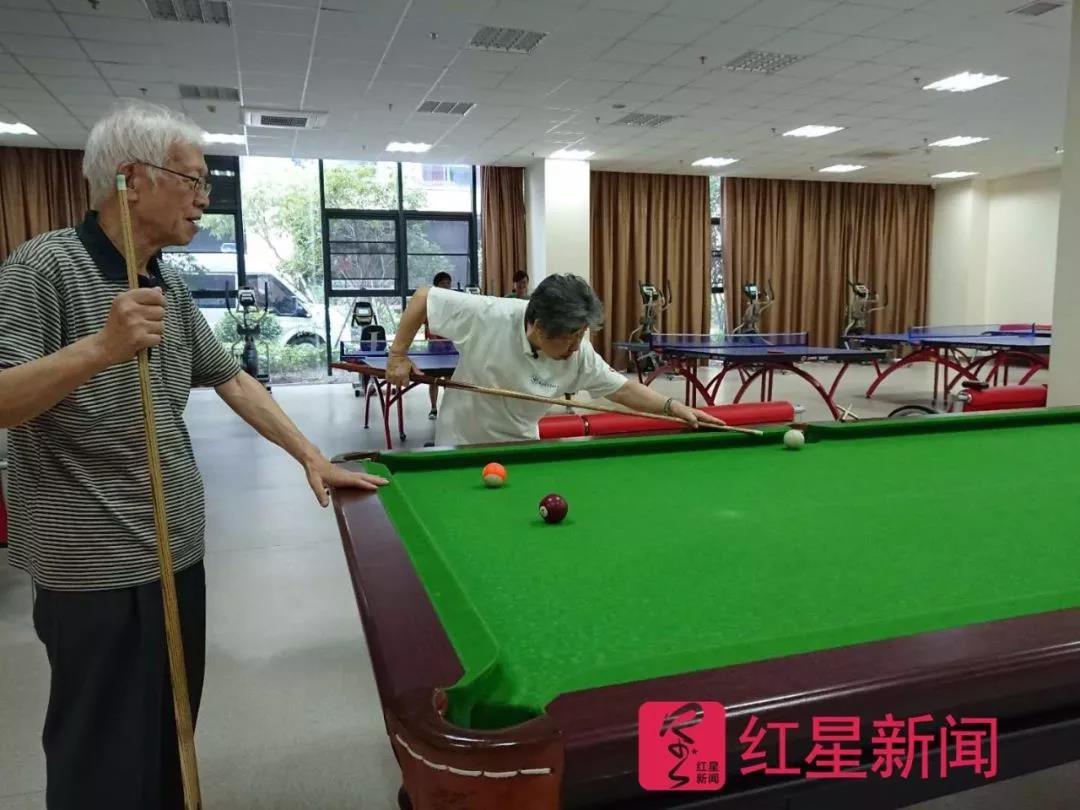 打台球的老人们