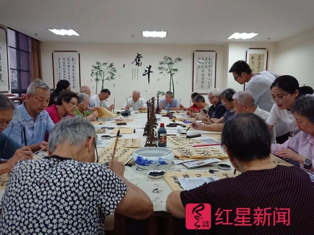 杨云海给老人们上书法课