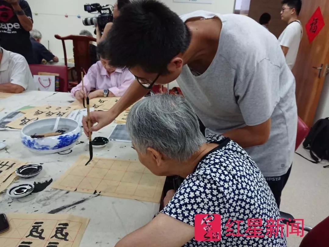 杨云海在指导老人书法
