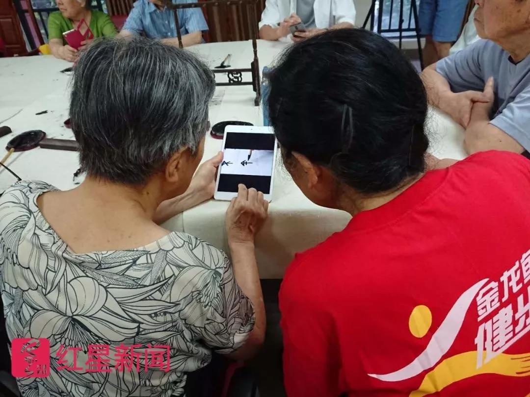 老人们在一起交流