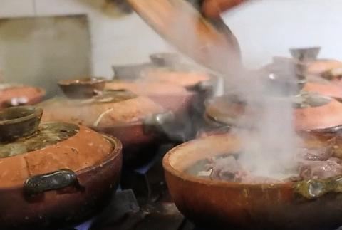 广州专做饭已有20年之久的店,一人管理18个炉灶,用餐者排成长龙