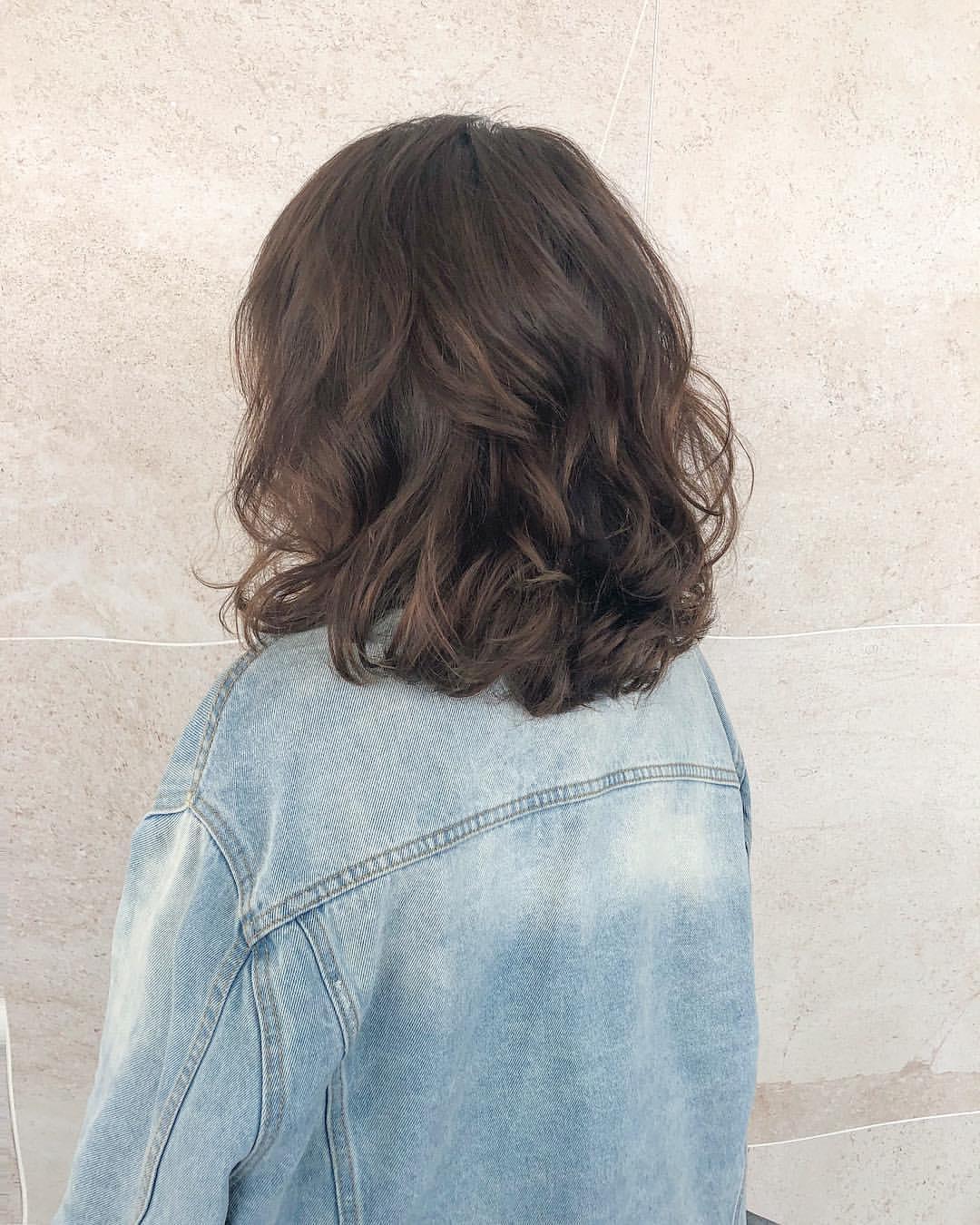 梳短发的妹子们,今年就不要让头发全部顺直了,因为短直发看起来太过