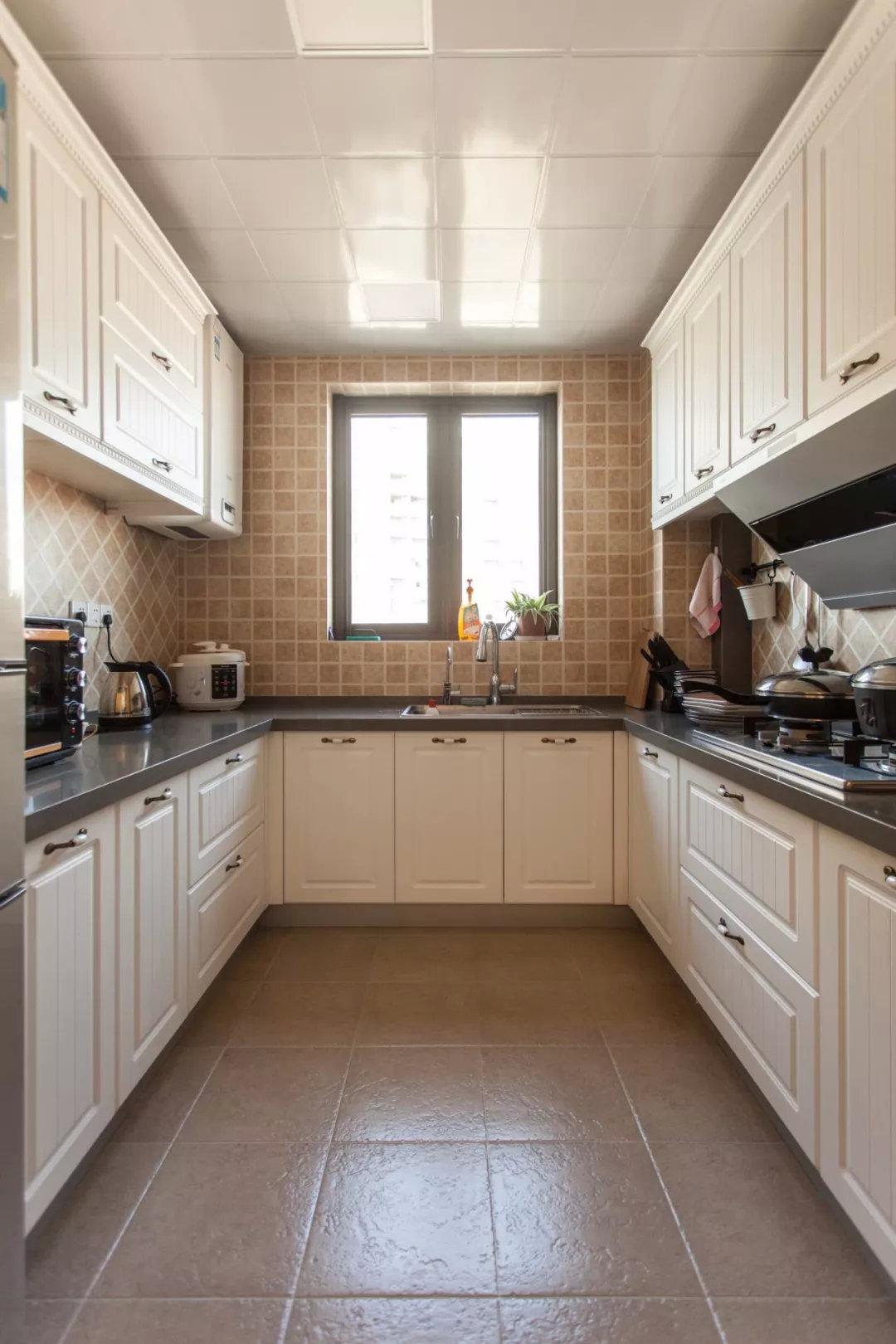 以金属 陶瓷组合的欧式拉手一般用于欧式或者美式风格的厨房中,搭配不