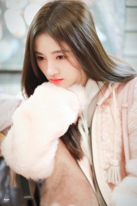 鞠婧祎机场随拍,一身少女范的打扮,超级可爱!
