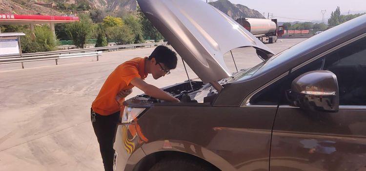 兰州护航人员帮助客户检查车辆