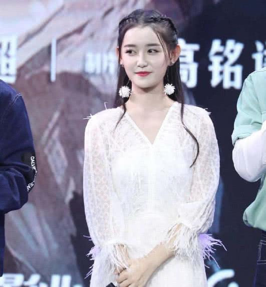 18岁蒋依依将要升大学,为艺考做准备,网友:妥妥的校花了!