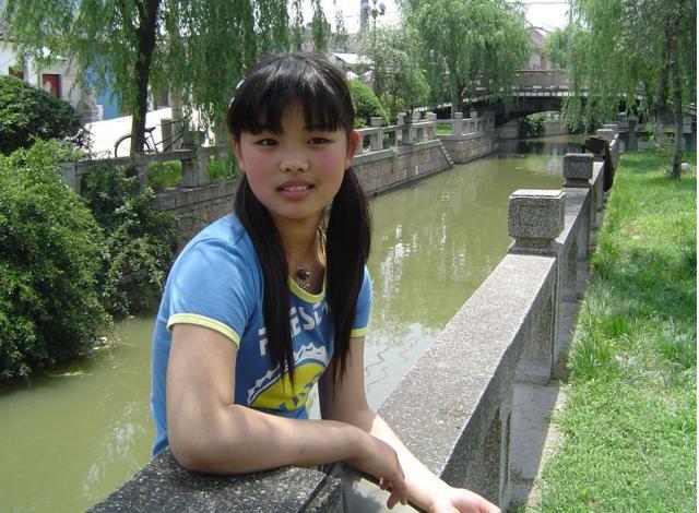 汪峰章子怡放养女儿小苹果,十四岁打扮成熟越来越像生母葛荟婕