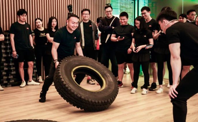 翻轮胎、战绳运动 一场开在健身会所里的发动机Workshop