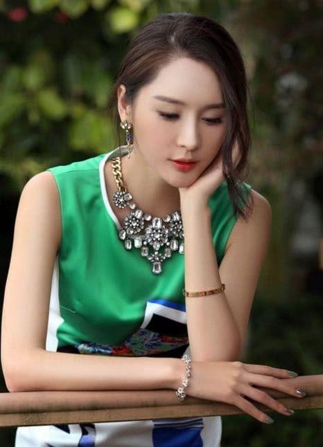 """张熙媛穿着一身银色""""浴袍裙""""出镜,大秀细长直""""漫画腿""""惹人羡"""