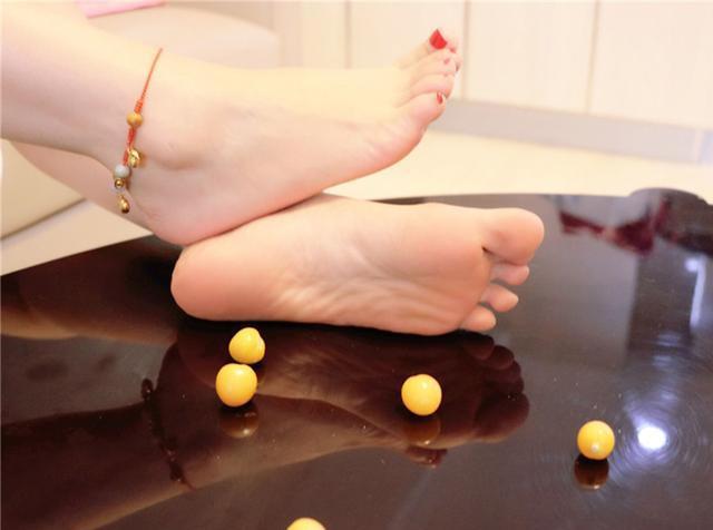 肏女人吃美脚_做一个精致女人,一双美脚更让人心动,白里透粉