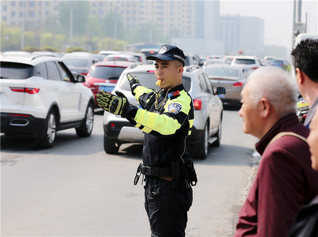 新京报:开车进故宫 若不是当事人嘚瑟还能曝光吗