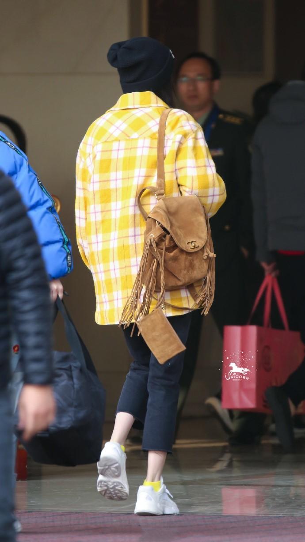 杨幂真是引领一代新潮流,机场造型时尚感爆棚,辣妈都能变少女