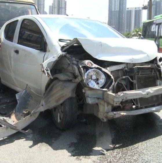 可怕!南宁一大货车刹车失灵致连环相撞 八车受损