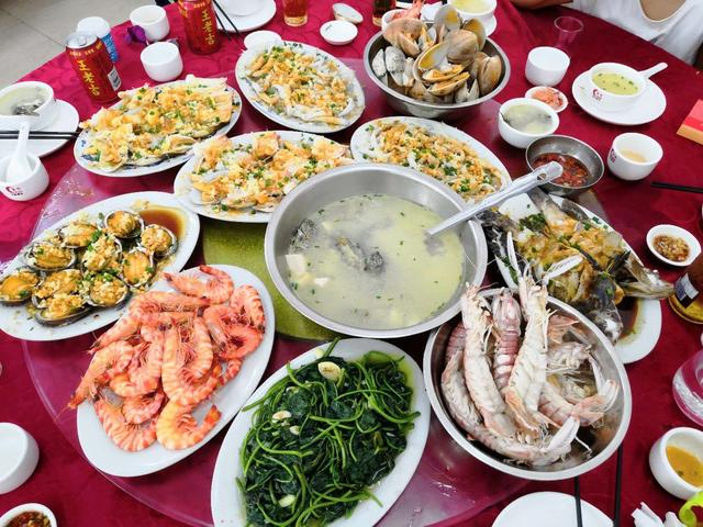 明人不说暗话,说去海边旅游的人都是奔着吃海鲜大餐的