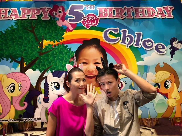 姐姐生日��.d_蔡少芬和张晋为小女儿庆祝六岁生日,姐姐调皮地吻在妹妹锁骨上!