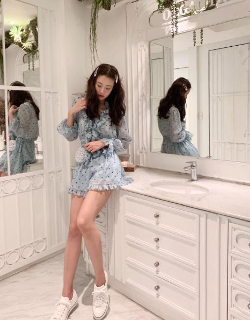 """35岁张子萱晒出门游玩照,画风太可爱,陈赫把她宠成""""小公主""""了"""