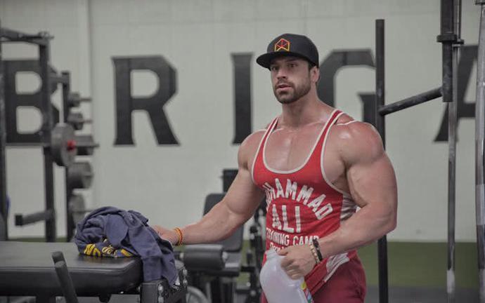 他平时训练所使用的重量,非常的让人吃惊,他被许多的人称为健身房里的野兽。