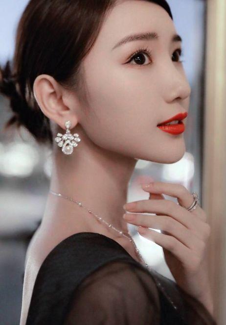 毛晓彤只不过换了款刘海,30岁的年龄18岁的脸,满满少女感图片