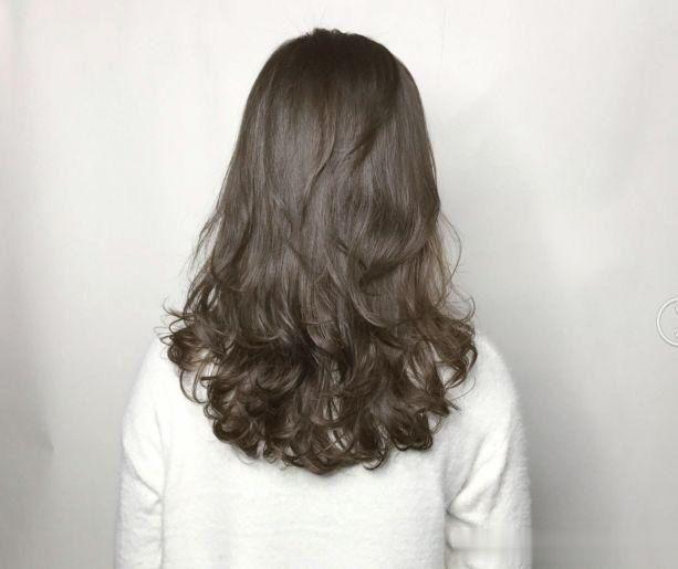 烫发对于女生来说是最显气质的一款,而不喜欢打理的女生,不妨试试2019图片