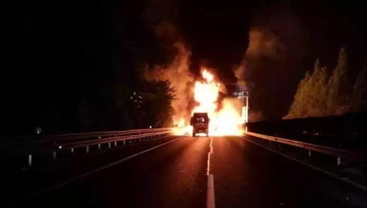 杭州绕城突发猛烈车祸火光冲天 后方车辆堵起长龙