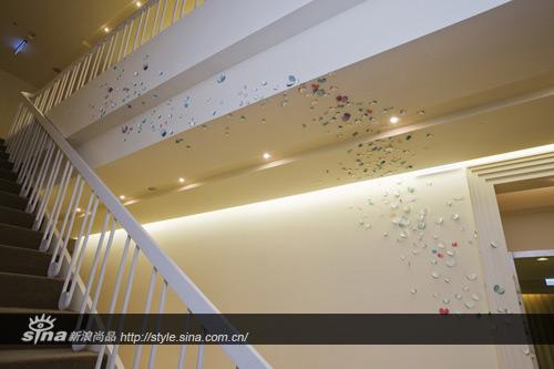 梯间飞舞着一群纸蝴蝶