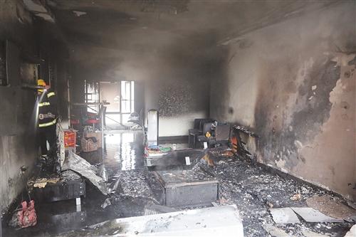 南宁普罗旺斯一居民房突起火 疑因蚊香引燃布艺沙发