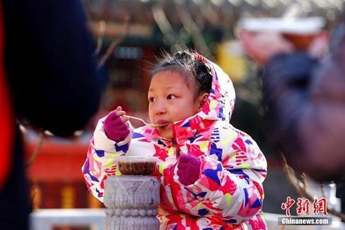 资料图:腊八节,大批的北京民众赶往北京京西古刹潭柘寺争喝腊八粥。中新社记者 富田 摄