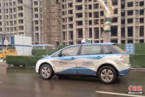 河南安阳,路上行驶的新能源出租车。张旭 摄